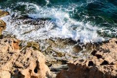 Στην μπλε θάλασσα που πλέει το άσπρο γιοτ Στοκ Εικόνες