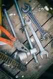 Στην ξεπερασμένη παλαιά ξύλινη επιφάνεια τα εργαλεία Στοκ Φωτογραφία