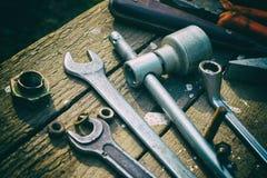 Στην ξεπερασμένη παλαιά ξύλινη επιφάνεια τα εργαλεία Στοκ Εικόνα