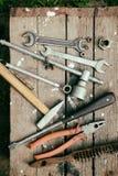 Στην ξεπερασμένη παλαιά ξύλινη επιφάνεια τα εργαλεία Στοκ εικόνες με δικαίωμα ελεύθερης χρήσης