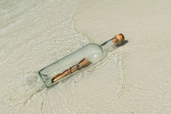 στην ξηρά μήνυμα μπουκαλιών &p Στοκ Φωτογραφία