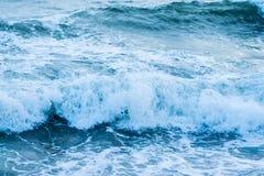 στην ξηρά συντρίβοντας κύματα Στοκ φωτογραφία με δικαίωμα ελεύθερης χρήσης