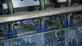 Στην παραγωγή τα κενά πλαστικά μπουκάλια γεμίζουν με το καθαρό νερό φιλμ μικρού μήκους