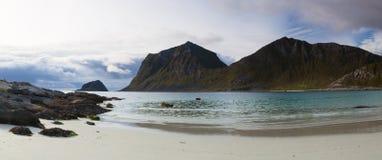 Στην παραλία κοντά στην πόλη Leknes, Νορβηγία στοκ φωτογραφίες με δικαίωμα ελεύθερης χρήσης