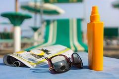 Στην παραλία που παίρνει τον ήλιο Στοκ φωτογραφία με δικαίωμα ελεύθερης χρήσης