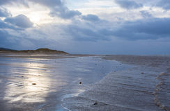 Στην παραλία στο σούρουπο Στοκ εικόνες με δικαίωμα ελεύθερης χρήσης