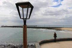 Στην παραλία Arrecife, πρωτεύουσα Lanzarote, Κανάρια νησιά, Ισπανία Στοκ εικόνες με δικαίωμα ελεύθερης χρήσης