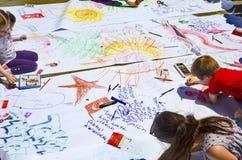 Στην περιοχή διαμαρτυρίας κάτω από τη επίβλεψη των παιδιών γονέων τους Στοκ φωτογραφία με δικαίωμα ελεύθερης χρήσης