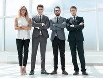 Στην πλήρη αύξηση Επιχειρησιακή ομάδα που στέκεται στο γραφείο στοκ φωτογραφίες με δικαίωμα ελεύθερης χρήσης