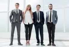 Στην πλήρη αύξηση Επιχειρησιακή ομάδα που στέκεται στο γραφείο στοκ εικόνες
