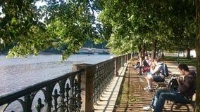 Στην Πράγα, από την όχθη ποταμού Στοκ εικόνα με δικαίωμα ελεύθερης χρήσης