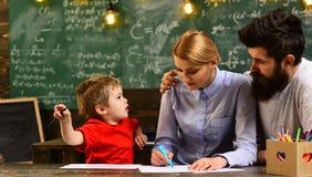 Στην τάξη δασκάλων ιδέες και οι απόψεις κάθε προσώπων εκτιμούνται, έννοια εκπαίδευσης και βασικής εκπαίδευσης - δάσκαλοι γυμνασίο Στοκ Φωτογραφία