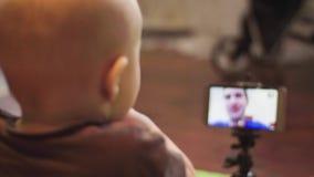 Στην τηλεοπτική κλήση επικοινωνήστε με το μικρό γιο με έναν πατέρα φιλμ μικρού μήκους