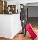 Στην υποδοχή ξενοδοχείων Στοκ φωτογραφία με δικαίωμα ελεύθερης χρήσης