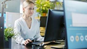 Στην όμορφη επιχειρηματία γραφείων που εργάζεται σε ένα προσωπικό Comp στοκ εικόνες με δικαίωμα ελεύθερης χρήσης
