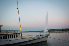Στηργμένος βάρκα μπροστά από αεριωθούμενο d'eau στη Γενεύη, Ελβετία Στοκ φωτογραφία με δικαίωμα ελεύθερης χρήσης