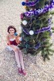 Στηργμένος γυναίκα στις χειμερινές διακοπές στις θερμές θέσεις Στοκ φωτογραφίες με δικαίωμα ελεύθερης χρήσης