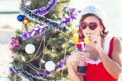 Στηργμένος γυναίκα στις χειμερινές διακοπές στις θερμές θέσεις Στοκ Φωτογραφία