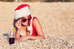 Στηργμένος γυναίκα στις χειμερινές διακοπές στις θερμές θέσεις Στοκ φωτογραφία με δικαίωμα ελεύθερης χρήσης