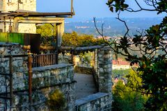 Στηργμένος θέση του φρουρίου που αγνοεί την πόλη Ιταλία Angera Στοκ Εικόνα