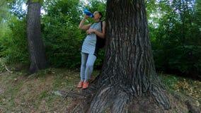 Στηργμένος και πόσιμο νερό αθλητών στα ξύλα απόθεμα βίντεο