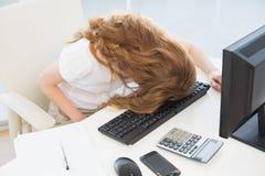 Στηργμένος κεφάλι επιχειρηματιών στο πληκτρολόγιο στο γραφείο Στοκ εικόνα με δικαίωμα ελεύθερης χρήσης