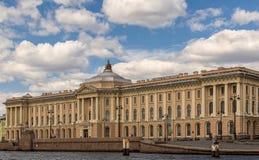 Στηριγμένος στο ανάχωμα του ποταμού Neva στη Αγία Πετρούπολη, Ρωσία Στοκ φωτογραφίες με δικαίωμα ελεύθερης χρήσης