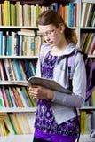 Στη βιβλιοθήκη Στοκ Εικόνες