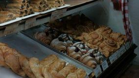 Στη ζύμη το κατάστημα στην προθήκη είναι διάφορα floury γλυκά προϊόντα απόθεμα βίντεο