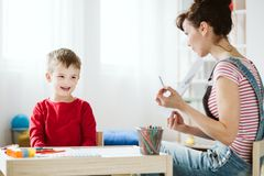 Στη θεραπεία, το παιδί μαθαίνει τις δεξιότητες που δεν έρχονται φυσικά λόγω ADHD, όπως να ακούσουν και να δώσουν την προσοχή καλύ στοκ εικόνες