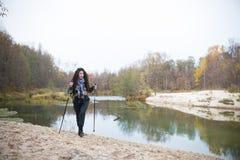 Στη λίμνη τραπεζών Σγουρή τοποθέτηση κοριτσιών μπροστά από τη λίμνη στο δάσος το φθινόπωρο στοκ φωτογραφίες