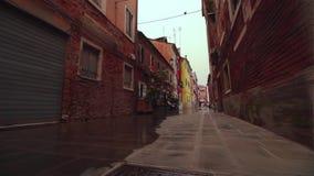 Στη μέση των ιστορικών σπιτιών και του υγρού δρόμου απόθεμα βίντεο