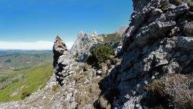 Στη μακριά περισσότερη περιοχή της μυθικής κορυφογραμμής Bugarach στη Γαλλία στοκ φωτογραφία