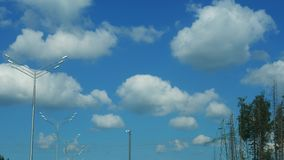 Στη μετακίνηση ενός φωτεινού ουρανού με τα σύννεφα και τα οδικά φανάρια απόθεμα βίντεο