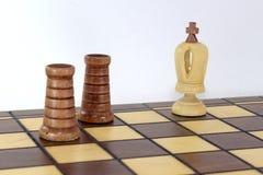 στη σκακιέρα δύο τα μαύρα κοράκια ανήγγειλαν έναν έλεγχο και ένα χαλί στο λευκό βασιλιά Στοκ φωτογραφία με δικαίωμα ελεύθερης χρήσης