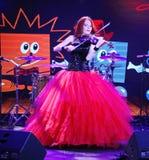 Στη σκηνή, ο εκφραστικός κοκκινομάλλης βιολιστής Μαρία Bessonova Στοκ φωτογραφία με δικαίωμα ελεύθερης χρήσης