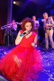 Στη σκηνή, Spearmint και τον τραγουδιστή Anna Malysheva ομάδας λαϊκός-βράχου μουσικών Κόκκινο διευθυνμένο τραγούδι κοριτσιών βράχ Στοκ Εικόνες