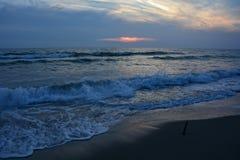 Στη σκοτεινή παραλία μετά από το ηλιοβασίλεμα Στοκ φωτογραφία με δικαίωμα ελεύθερης χρήσης