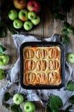 Στη στάση είναι ένα κέικ στάρπης με τα μήλα, στις φέτες μήλα φρέσκα Στοκ εικόνες με δικαίωμα ελεύθερης χρήσης