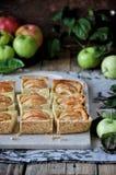 Στη στάση είναι ένα κέικ στάρπης με τα μήλα, στις φέτες μήλα φρέσκα Στοκ φωτογραφία με δικαίωμα ελεύθερης χρήσης