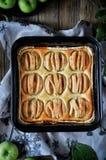 Στη στάση είναι ένα κέικ στάρπης με τα μήλα, στις φέτες μήλα φρέσκα Στοκ Φωτογραφία