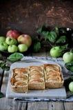 Στη στάση είναι ένα κέικ στάρπης με τα μήλα, στις φέτες μήλα φρέσκα Στοκ εικόνα με δικαίωμα ελεύθερης χρήσης