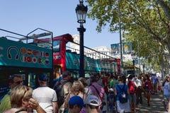 Στη στάση του λεωφορείου της Βαρκελώνης τουριστικού στοκ φωτογραφία με δικαίωμα ελεύθερης χρήσης