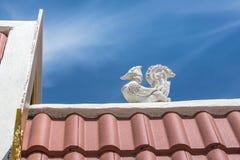 Στη στέγη του ναού της Ταϊλάνδης το απόγευμα με το ταϊλανδικό άγαλμα πουλιών lai με το υπόβαθρο μπλε ουρανού Στοκ φωτογραφία με δικαίωμα ελεύθερης χρήσης
