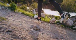 Στη φύση με καταπληκτικές λεπτομέρειες άποψης τοπίων μιας κυρίας με τα κατάλληλα πόδια που τρέχουν σκληρά μέσω του δρόμου βουνών απόθεμα βίντεο