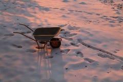 Στη χειμερινή εποχή, Wheelbarrow που σταθμεύουν κάπου στο χιόνι στοκ φωτογραφίες
