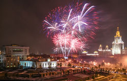 Στιγμές πυροτεχνημάτων του φεστιβάλ επιστήμης της Μόσχας στους λόφους Λένιν κοντά στο κρατικό πανεπιστήμιο της Μόσχας Στοκ φωτογραφία με δικαίωμα ελεύθερης χρήσης