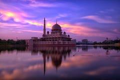 Στιγμή ανατολής στο μουσουλμανικό τέμενος Putra Στοκ Εικόνες