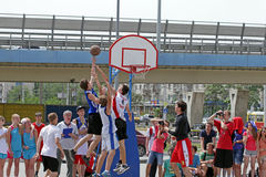 Στιγμή καλαθοσφαίρισης παιχνιδιών. Streetball Στοκ φωτογραφία με δικαίωμα ελεύθερης χρήσης