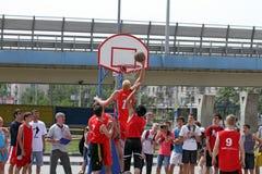 Στιγμή καλαθοσφαίρισης παιχνιδιών. Streetball Στοκ Εικόνες
